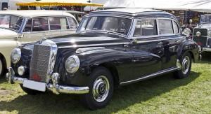1280px-Mercedes_Benz_300_Limousine_front_20110611