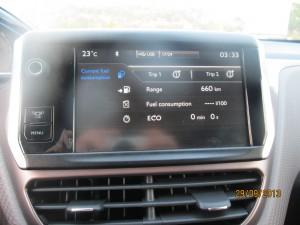Централният дисплей с множество функции има тъч-управление.