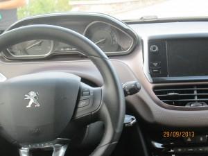 Воланът е малък и удобен. Приборите при завъртане на ключа светват в приятен блед цвят, светва и синя приятна окановка на уредите. Вдясно над конзолата е екрана на бордния компютър.