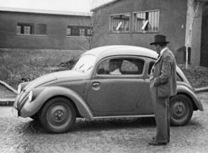 """Порше-старши с прототипа на своя """"Бръмбар"""" през 1937 г."""