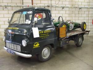 Thames_400E_mit_Lotus_Rennwagen_2