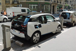 BMW_i3_charging_on_Autolib'_station_in_Paris_trimmed