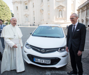 opel-hands-over-ampera-e-electric-vehicle-to-pope-francis-118318_1