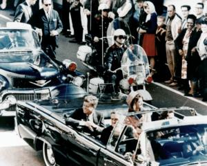 Снимка на президента Кенеди в лимузината в Далас, Тексас, на главната улица, минути преди убийството. Също в президентската лимузина са Джаки Кенеди, губернаторът на Тексас Джон Коннали и съпругата му Нели.