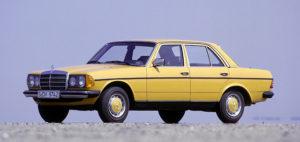 """Mit großer Vielfalt begeistert im Januar 1976 die neue Mittelklasse-Generation (W 123) die Kunden, die anfangs wegen der großen Nachfrage bis zu einem Jahr auf ihren Wagen warten. Deshalb wird auch der Vorgänger parallel dazu noch bis zum Dezember 1976 produziert. Schon im ersten Jahr sind die Typen 200, 230, 250, 280 und 280 E sowie 200 D, 220 D, 240 D und 300 D zu haben. Der Limousine folgen 1977 das Coupé, eine Limousine mit langem Radstand und mit dem T-Modell erstmals ein Kombiwagen ab Werk. Der Fünftürer startet im September 1977. Das T steht für """"Touristik und Transport"""" und betont die Doppelrolle des flexibel nutzbaren Fahrzeugs der oberen Mittelklasse. Im T-Modell führt Mercedes-Benz 1980 zudem erstmals in Deutschland einen Pkw mit Turbo-Dieselmotor ein. Gleichzeitig debütiert der 230 E, das erste Vierzylinder-Modell von Mercedes-Benz mit mechanisch geregelter Benzin-Saugrohreinspritzung. Die Baureihe ist die erfolgreichste in der Ahnenreihe der E-Klasse: rund 2,7 Millionen Fahrzeuge werden gebaut, davon fast 2,4 Millionen Limousinen und rund 200.000 T-Modelle."""