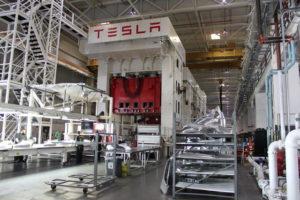 FactoryTesla щампова свои собствени панели от алуминиево тяло.