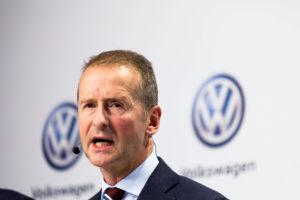 """ARCHIV- Volkswagen-Markenchef Herbert Diess spricht am 18.11.2016 bei einer Pressekonferenz in Wolfsburg (Niedersachsen) vor einer Wand mit Volkswagen-Logo. (zu dpa """"Gewerkschaftsfrage rund um Beförderung: Kritik an VW-Markenchef Diess"""" vom 15.02.2017) Foto: Philipp von Ditfurth/dpa +++(c) dpa - Bildfunk+++"""