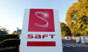 Фирменото лого на Saft Groupe, специалист по акумулатори, на входа на завода в Поатие, Франция, 5 октомври 2017 г. REUTERS