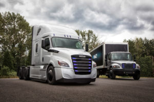 Freightliner eCascadia тежкотоварен електрически камион и Freightliner eM2 106 среден електрически