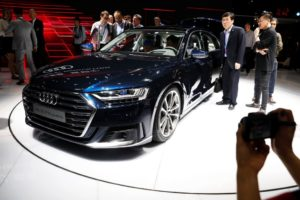 Модел на Audi A8 миналия месец в Китай. Хибридната версия на A8 ще предложи безжична система за зареждане сред многото си опции. /Reuters