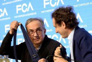 Гл. изп. директор на Fiat Chrysler Automobiles Серджо Маркионе се шегува с председателя Джон Елкан по време на медийната конференция в Балоко, Северна Италия, 1 юни 2018 г. Reuters