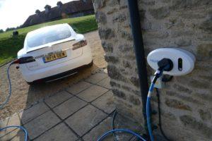 Електрическият автомобил TesLowJuice се зарежда