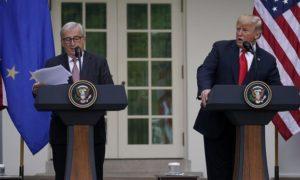 Тръмп се съгласи по време на среща с Юнкер, вляво, да се въздържа от налагането на тарифи върху вноса на европейски автомобили