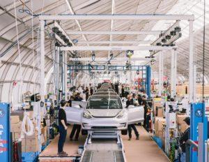 Производствената линия в завода Tesla във Фремонт, Калифорния