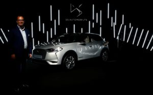 Ив Боннефонт, главен изпълнителен директор на DS Brand, пред новия електрически автомобил DS 3 Crossback SUV E-Tense по време на презентация в центъра за автомобилен дизайн на марката PSA във Велизи, близо до Париж, Франция, 13 септември 2018 г. REUTERS