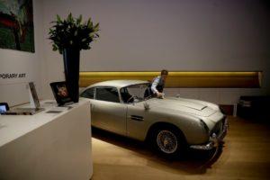 Служител на аукционната къща Bonhams, който полира 1965 Aston Martin DBS управляван от Пиърс Броснан във филма за Джеймс Бонд от 1995 г. GoldenEye/Associated Press