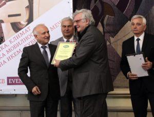 Проф. Костадинов - съветник на министъра на образованието и науката, връчва награда на автора на сайта. В средата - г-н Левков, председател на ИКЕМ. Вдясно г-н Костов от Българската стопанска камара