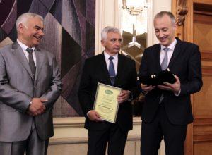 """Голямата награда """"Кубратов меч"""" получи Министерство на образованието и науката в лицето на министър Вълчев"""