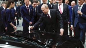 Владимир Путин се подписва в присъствието на президента на немския производител – Зетше, на първия Mercedes Benz, пуснат от фабриката край Москва, 3 април 2019 г. / REUTERS