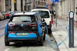 Електрическо BMW на пътна станция в Будапеща, Унгария.