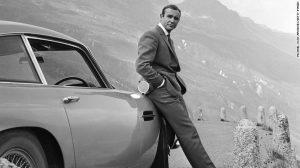 Актьорът Шон Конъри представя като Джеймс Бонд своя Aston Martin DB5 в сцена от филма 'Goldfinger' през 1964 г.