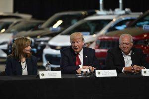 Изпълнителният директор на General Motors Мери Бара, тук с президента Доналд Тръмп и тогавашния президент на UAW Денис Уилямс през 2017 г.