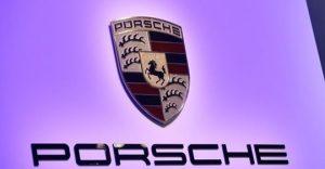Логото на Porsche на Porsche 911 Speedster на международното автомобилно изложение в Ню Йорк през 2019 г. - САЩ.