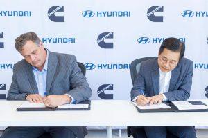 Вицепрезидентът на Hyundai Motor Group и ръководителят на групата за горивни клетки Ким Сион Хун (вдясно) и вицепрезидентът на Cummins по корпоративна стратегия Тад Евалд, подписват меморандум за разбирателство в силовия център на Cummins в Силиконовата долина, Калифорния. (Hyundai Motor Group)