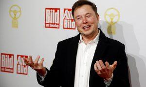 """Собственикът на SpaceX и Tesla CEO Елон Мъск на церемонията за наградите """"Das Goldene Lenkrad"""" в Берлин - Ноември 12, 2019. REUTERS"""