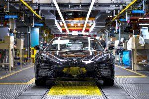 Редовното производство на купе Chevrolet Corvette Stingray 2020 започна на 3 февруари 2020 г. на General Motors Bowling Green Assembly в Bowling Green, Кентъки. Първоначалните доставки на превозни средства до дилъри се очаква да започнат в края на февруари или началото на март. (Сн. General Motors)