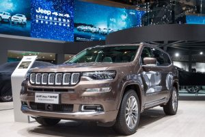 FCA прави седемместния Grand Commander, единствен за Китай модел, в Чанша в централната китайска провинция Хунан. Това е четвъртият местен модел на Jeep в Китай, заедно с Cherokee, Renegade и Compass.