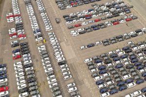 Наскоро сглобените превозни средства се съхраняват в разпределителен двор в празен автомобилен завод Vauxhall в Англия на 17 март.