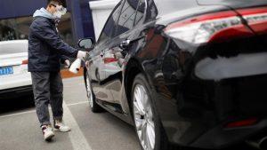 Член на персонала дезинфекцира превозно средство в сервизен център в Пекин, Китай, тъй като страната е засегната от огнището на коронавируса. Reuters