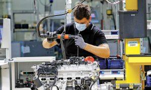 Служител сглобява двигател на Mercedes-Benz S-Class във фабриката за силови двигатели, управлявана от Daimler в Щутгарт, Германия, миналата седмица.