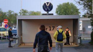 Служителите тръгват към входна порта в завода на Volkswagen във Волфсбург, Германия, на 27 април 2020 г. Bloomberg
