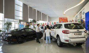 Купуваче разговаря с агент по продажбите при дилър на Ford Motor Co. - Bloomberg