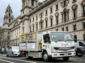 Електрически  FUSO eCanter, доставящ газови бутилки в лондонската зона за ултра ниски емисии (ULEZ)