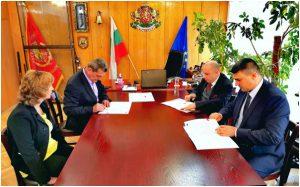 """Главният комисар Николай Николов (втори отляво), директор на Генерална дирекция """"Пожарна безопасност и гражданска защита"""", подписва договор за закупуване на джипове G4 Rexton на SsangYong Motor в офиса си на 25 септември."""