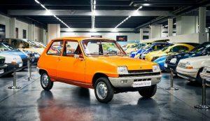 Малкият автомобил Renault 5 е представен през 70-те години и е работил до 90-те години, подобрен като Super Cinq.