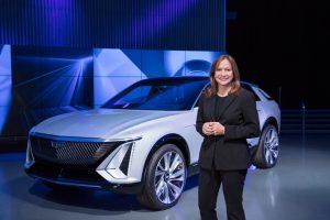 Генералният директор и председател на General Motors Co. Мери Бара с изцяло новия Cadillac Lyriq, първият електрически автомобил на луксозната марка.