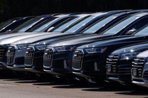 Новите автомобили на Audi са показани за продажба, след като губернаторът на Калифорния Гавин Нюзъм обяви, че държавата ще забрани продажбата на нови бензинови автомобили и камиони, започвайки през 2035 г. в драматичен ход за преминаване към електрически превозни средства за ограничаване на емисиите на парникови газове в Карлсбад, Калифорния, САЩ, 23 септември 2020 г. REUTERS
