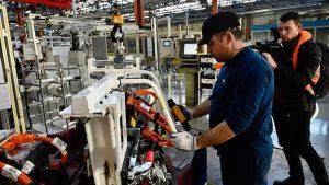 Служители на френския автомобилен производител PSA Peugeot Citroen работят във фирмената фабрика за двигатели в Тремери близо до Мец, Североизточна Франция по агрегат за електрически модел