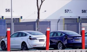 Китайски построен модел Tesla 3s извън гигафабриката на Tesla в Шанхай. През 2020 г. Tesla е продала повече електрически автомобили от всяка друга марка, а Китай е купил повече електромобили от която и да е друга държава. Снимка: Reuters