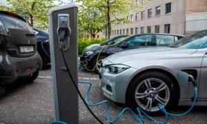 Електрическите коли се зареждат на улица в Осло, Норвегия. Норвегия освобождава напълно електрическите превозни средства от данъци, наложени на тези, които разчитат на изкопаеми горива. Снимка:/AFP/