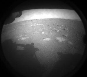 Първо изображение, получено след кацане, от предната лява камера за избягване на опасности, 18 февруари 2021 г.