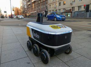 Yandex.Rover, робот без шофьор за доставка на топли ястия от ресторанта, се вижда в бизнес квартал в Москва, Русия, 10 декември 2020 г. REUTERS