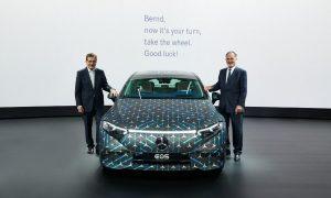 Новият председател на Daimler, Бернд Пищецридер, вдясно, застава до новия флагмански електрически седан EQS на автомобилния производител с Манфред Бишоф на годишната среща на компанията през 2021 г. на 31 март.