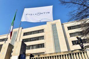 Логото на Stellantis, четвъртият по големина автомобилен производител в света, който започва търговия в Милано и Париж, след като Fiat Chrysler и производителят на Peugeot PSA финализираха сливането им, се вижда на знаме на главния вход на завода на FCA Mirafiori в Торино, Италия, 18 януари, 2021. REUTERS