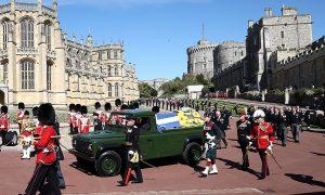 Ковчегът на принц Филип, превозван с личния му Land Rover Defender, който е помогнал да проектира, преминава през Парадния терен, по време на погребението му в замъка Уиндзор, на 17 април.