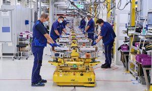 Производство на високоволтови батерии в завода на BMW в Динголфинг, Германия. Автомобилният производител очаква половината от продажбите му да бъдат напълно електрически модели до 2030 г.